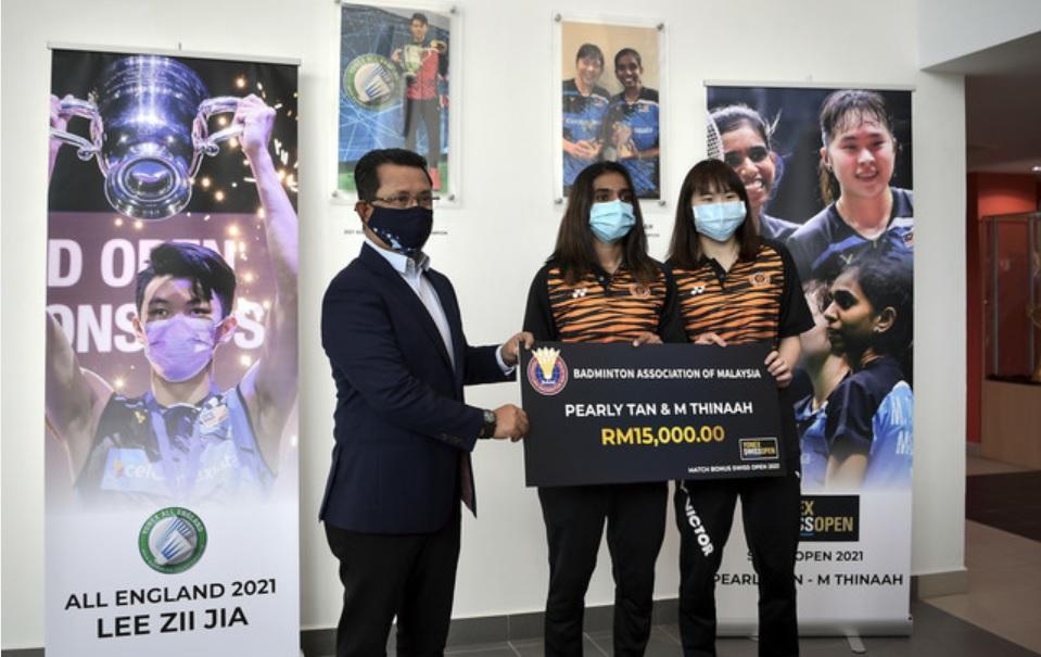拿下瑞士公开赛女双冠军的陈康乐/蒂娜获得1万5000令吉奖金。-马新社-
