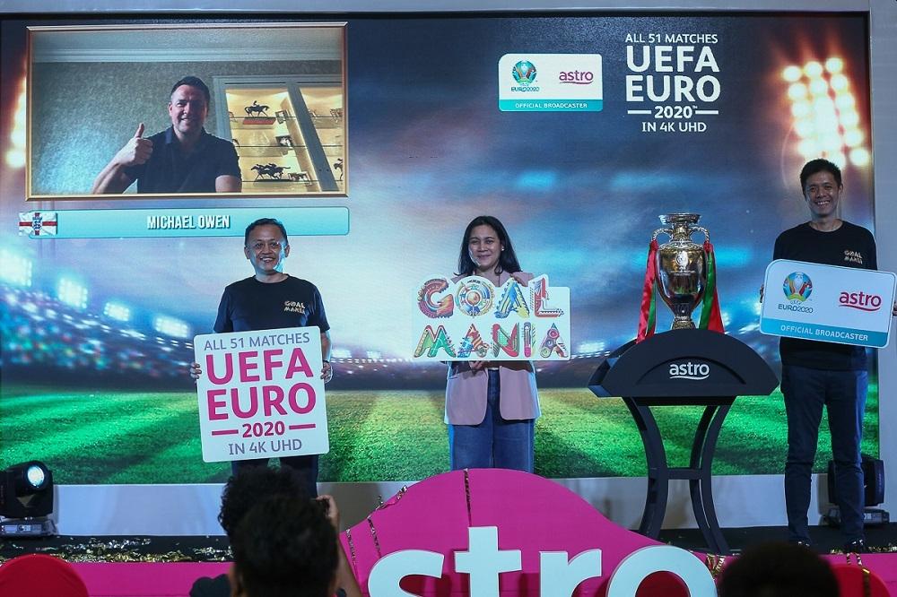 """利宗麒(右起)联同阿兹琳和Astro NJOI及网络影音服务(OTT)总监马兹海鲁日前在双威金字塔购物中心推介""""Goal Mania""""活动。"""