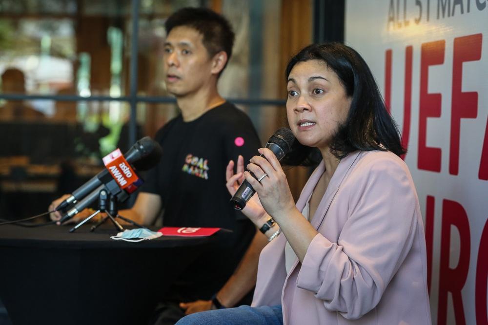 阿兹琳(右起)联同利宗麒出席Astro's Goal Mania活动新闻发布会。-Yusof Mat Isas摄-