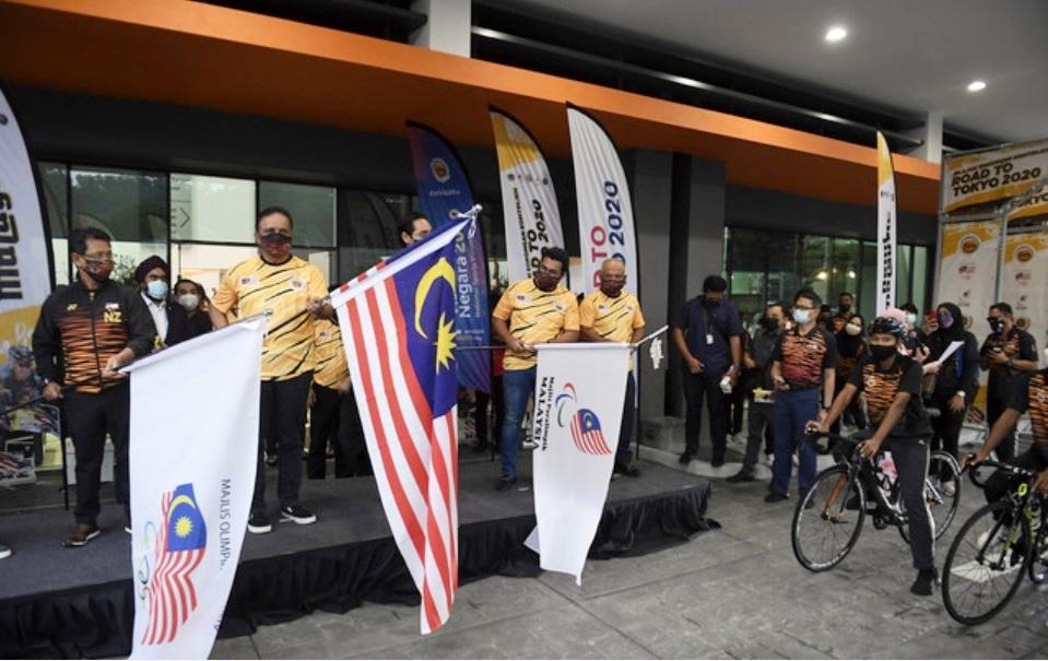 """青体部长拿督斯里理扎马里甘连同出席嘉宾,一起为""""2020东京之路""""环马来西亚脚车行挥旗。-马新社-"""