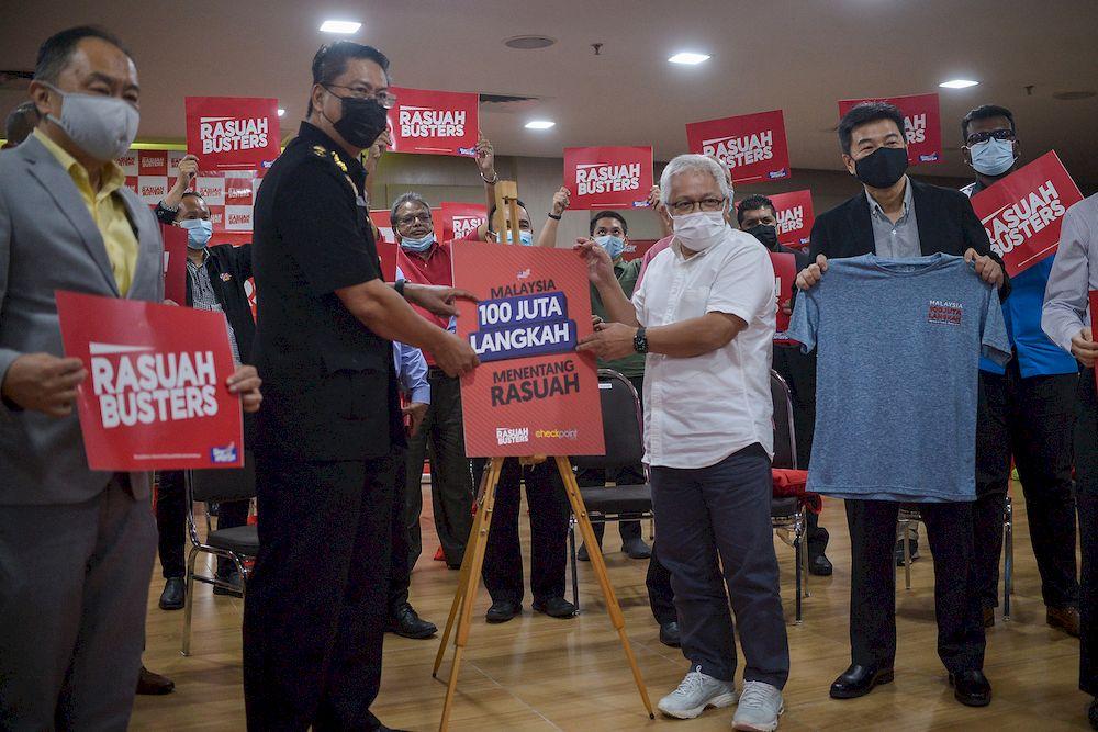Karangkraf chairman Datuk Hussamuddin Yaacub (centre) and MACC Senior Assistant Commissioner Alexander S. Kunghi (centre left) launching 'Malaysia 100 Juta Langkah Menentang Rasuah' campaign in Shah Alam, April 12, 2021. — Picture by Miera Zulyana