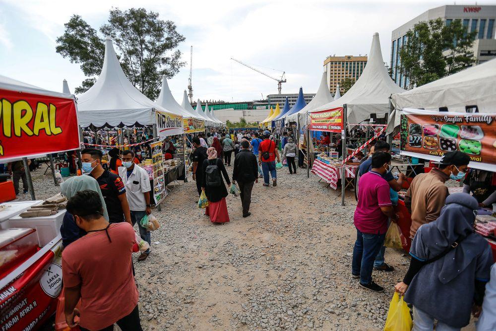 Members of the public throng a Ramadan bazaar in Seberang Jaya April 16, 2021. — Picture by Sayuti Zainudin