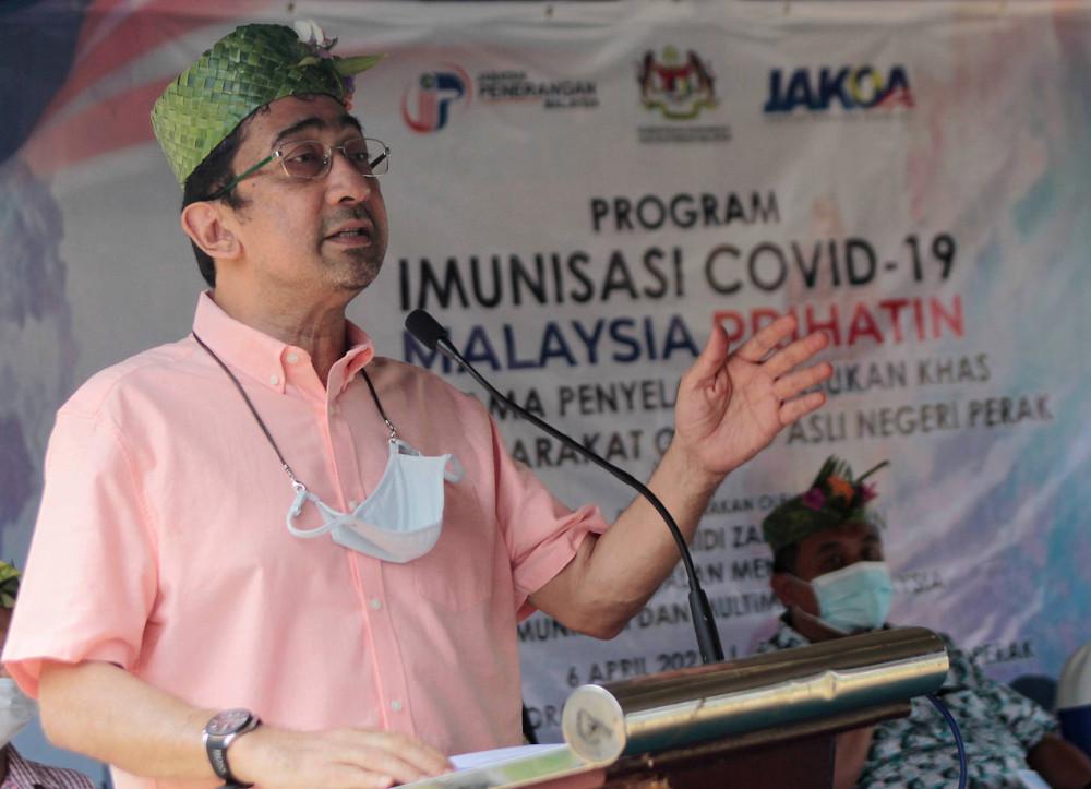 Deputy Communications and Multimedia Minister Datuk Zahidi Zainul Abidin speaks at the launch of  the Malaysia Prihatin Covid-19 Immunisation programme for the Orang Asli community in Kampung Sungai Teras, Slim River, April 6, 2021. — Bernama pic