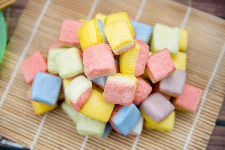 Adorable, rainbow-hued mini 'marshmallow mantou.'