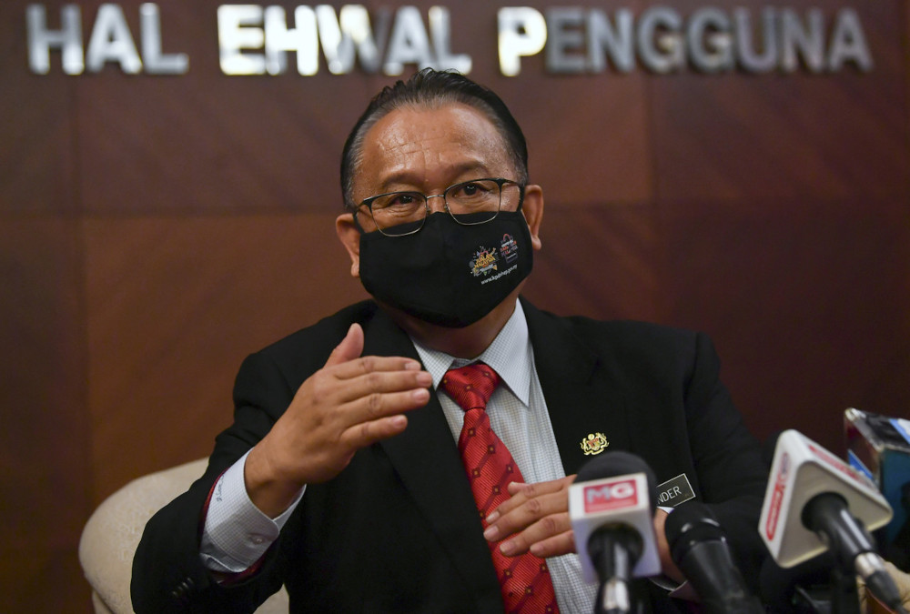Datuk Sri Alexander Nanta Linggi said in a statement tonight that as the country was facing the Covid-19 pandemic and was striving for economic recovery, political stability was vital. — Bernama pic
