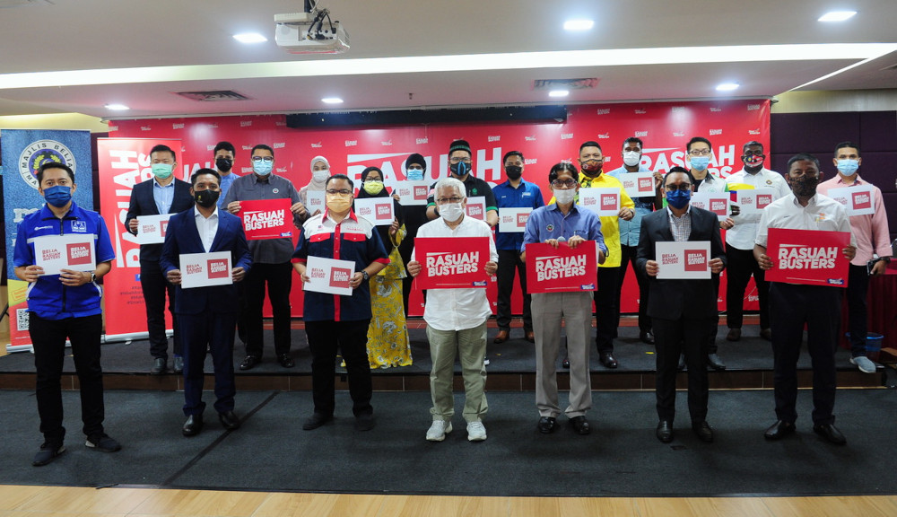 'Rasuah Busters' led by Datuk Hussamuddin Yaacub (front row, centre) and Malaysian Youth Council president Jufitri Joha (front row, 3rd right) at the launch of Belia Rasuah Busters in Shah Alam, April 26, 2021. — Bernama pic