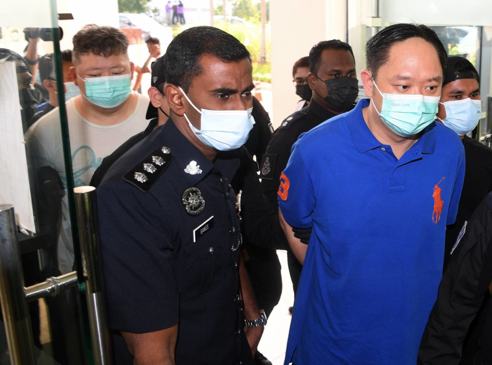 Chung Chee Yang (right) and Choo Hin Voon (left) at the Klang Magistrates' Court, April 22, 2021. — Bernama pic
