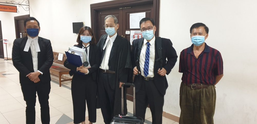 Sarawak chairman Chong Chieng Jen (second, right) is seen with his father Chong Siew Chiang (centre) and his team after the proceedings yesterday. ― Borneo Post pic