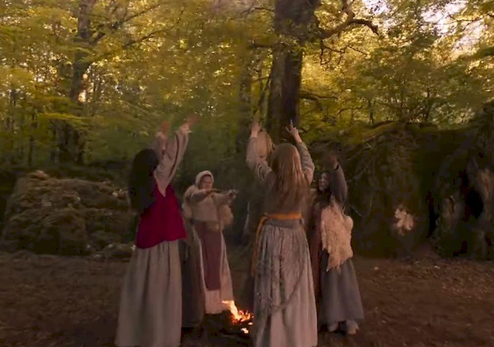 Filem 'Coven of Sisters' menangkap keperibadian de Lancre - gabungan ketakwaan, rasa ingin tahu dan fiksasi erotik dengan sabbat.  - Screengrab dari Coven of Sisters - Trailer (Rasmi) Netflix