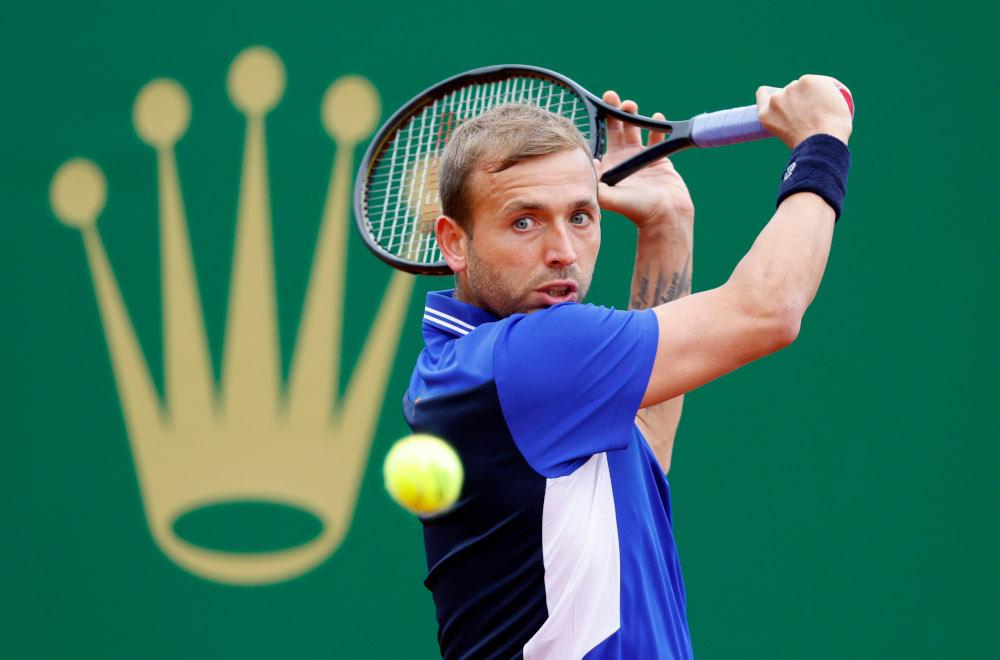 Pemain Britain, Dan Evans dalam aksi pusingan ketiga menentang Novak Djokovic dari Serbia di Monte Carlo Masters di Roquebrune-Cap-Martin, Perancis, 15 April 2021. - Gambar Reuters