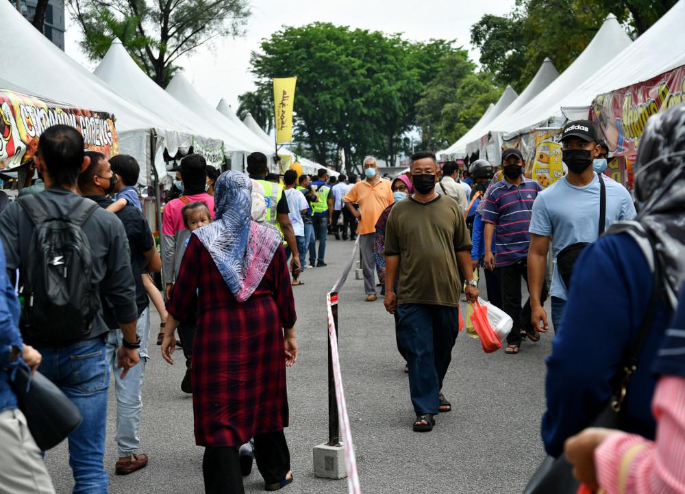 Visitors at the Perak Stadium Ramadan bazaar in Ipoh, April 13, 2021. — Bernama pic