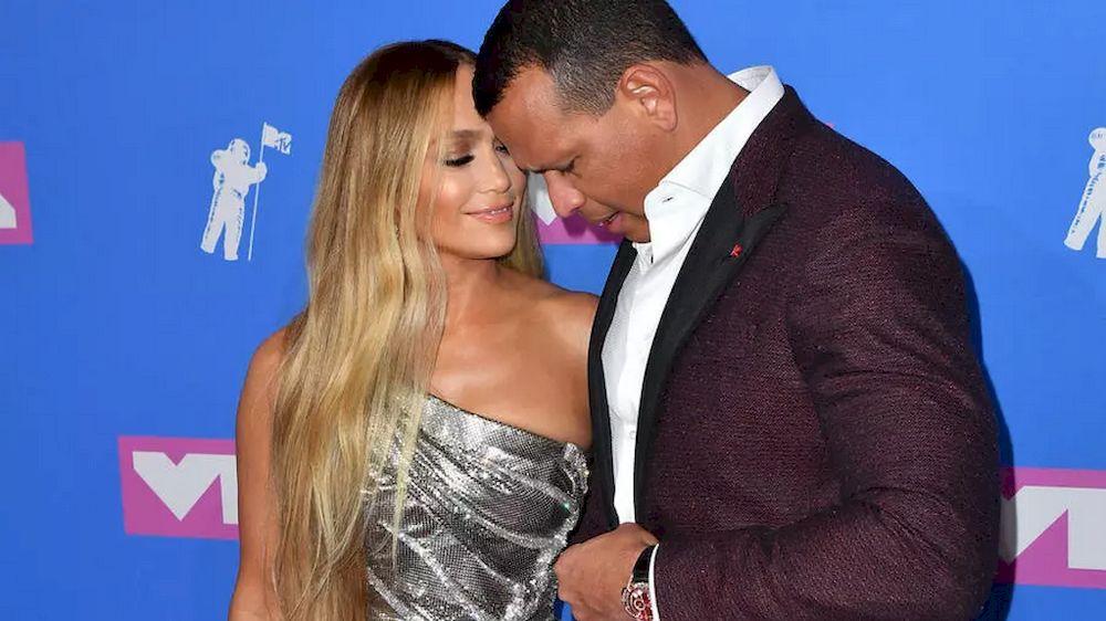 Jennifer Lopez (kiri) dan Alex Rodriguez, yang ditunjukkan di sini menghadiri Anugerah Muzik Video MTV 2018, berharap dapat 'kekal sebagai rakan'.  - Gambar AFP