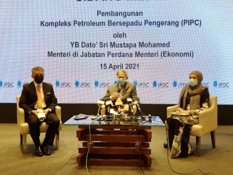 Datuk Seri Mustapa Mohamed (centre) said the second phase from 2020 to 2025, the Johor Petroleum Development Corporation is targeting new investments worth about RM5 billion — Picture by Ben Tan