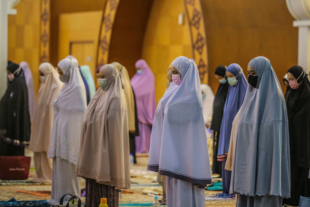Muslims perform Terawih prayers while maintaining physical distance and wearing face masks to prevent the spread of Covid-19 at Masjid Wilayah in Kuala Lumpur, April 15, 2021. ― Picture by Hari Anggara