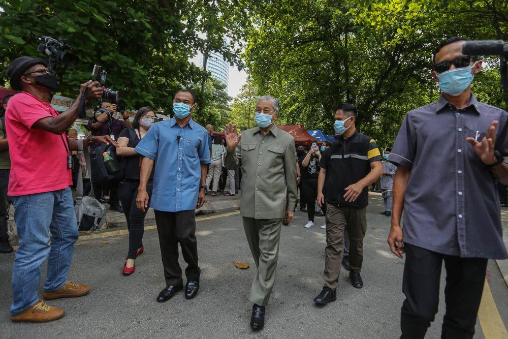 马哈迪说,人们必须汲取沙巴州选导致疫情失控的教训。-Yusof Mat Isa摄-