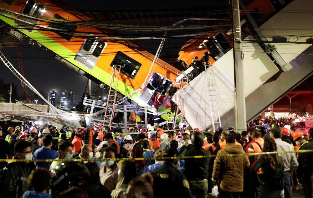救援人员用长梯尝试进入坠下的列车车厢搜救。-路透社-