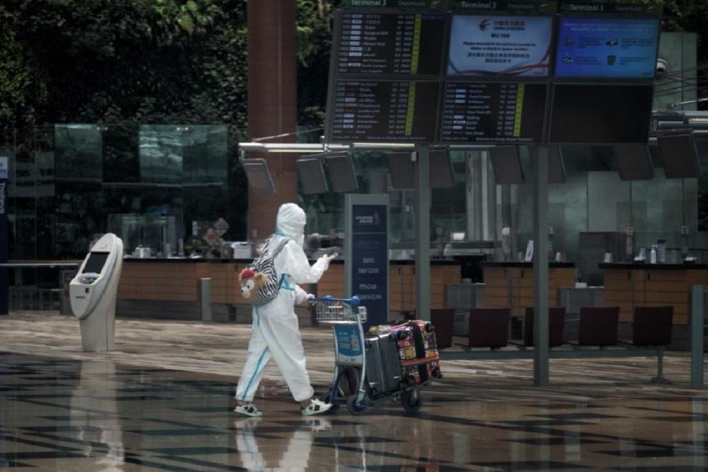 因应感染群组持续扩大,机场客运大楼不对外开放,本月27日才重开,而商场星耀樟宜就关闭14日。-图取自海峡时报-