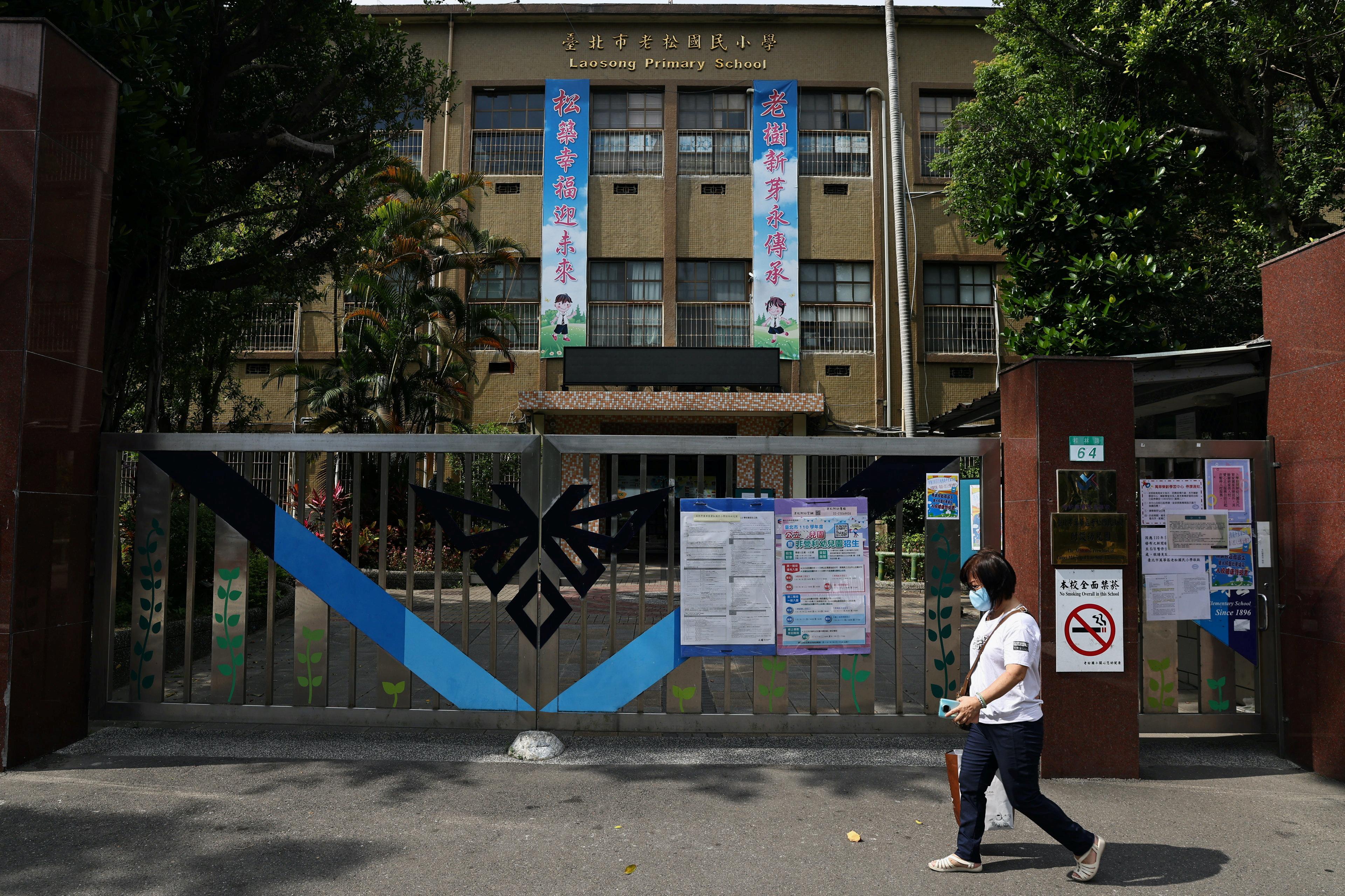台湾新冠疫情急速扩散并且杀入校园,多地中小学有学生确诊,台北市和新北市宣布高中以下学校周二开始停课。-路透社-