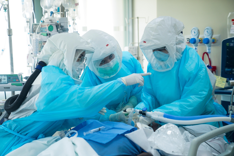 泰国疫情持续升温,大量新病例使医疗体系面临沉重压力,甚至传出医院病床、加护病房爆满的状况。-路透社-