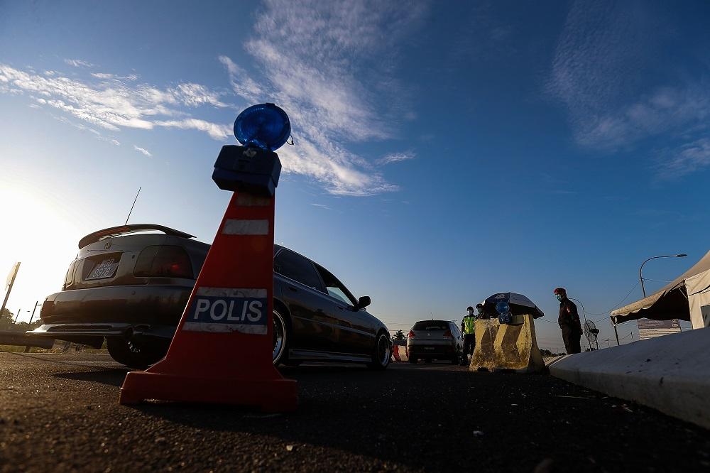 Police personnel inspect vehicles at a roadblock along Jambatan Merdeka, at the Kedah-Penang border May 10, 2021. — Picture by Sayuti Zainudin