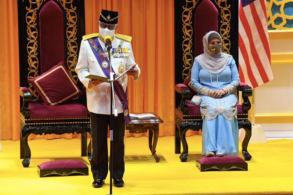 Tun Ahmad Fuzi Abdul Razak takes his oath of office as the eighth Yang Dipertua Negeri of Penang, in George Town May 1, 2021. — Bernama pic