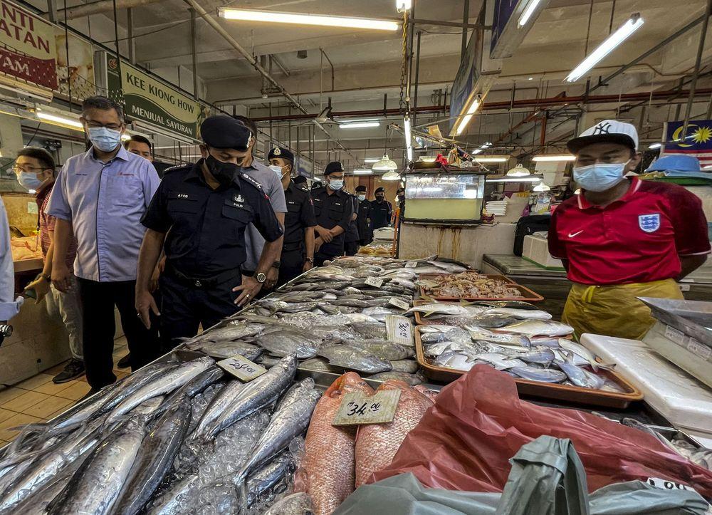 Johor Police Chief Datuk Ayob Khan Mydin Pitchay monitoring the compliance with standard operating procedures (SOP) at the Larkin Sentral Public Wet Market, Johor Baru, May 12, 2021. — Bernama pic
