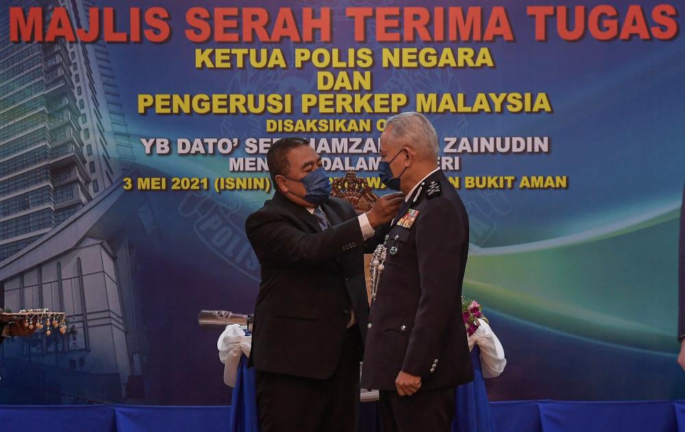 Deputy Home Minister Datuk Seri Ismail Mohamed Said conferring the rank of Inspector-General of Police to Datuk Seri Acryl Sani Abdullah Sani at the Bukit Aman Senior Officers' Mess in Kuala Lumpur, May 3, 2021. — Bernama pic