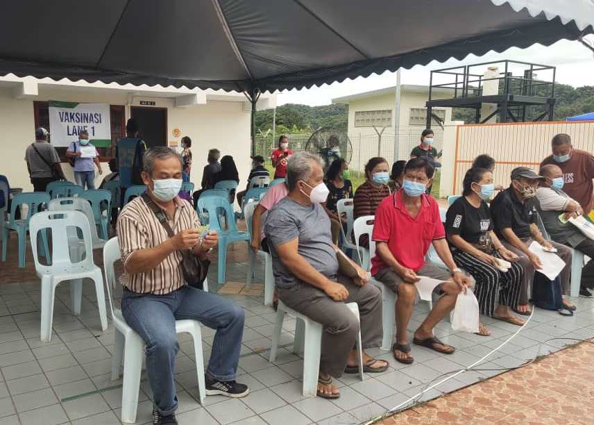 People waiting for their turn to receive the vaccines. ― Picture courtesy of JaPEN Song via Borneo Post