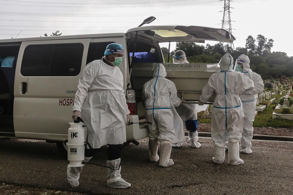 — 截至昨天午夜,卫生部报告了另外 324 例与 Covid-19 相关的死亡。  — 图片来自 Yusof Mat Isa