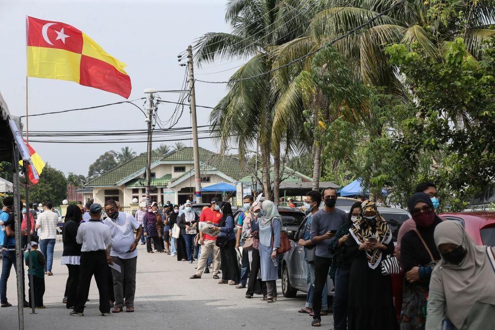 Members of the public queue for Covid-19 swab test at Dewan MBSA Paya Jaras Tengah, Sungai Buloh May 26, 2021. — Picture by Ahmad Zamzahuri