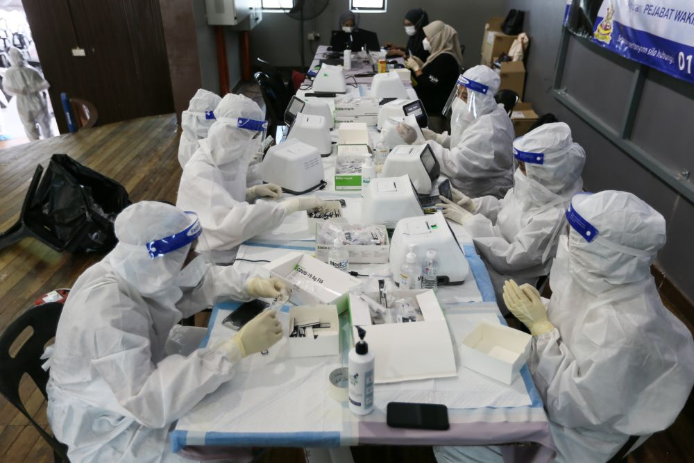 Health personnel conduct swab sample tests at Dewan MBSA Paya Jaras Tengah, Sungai Buloh May 26, 2021. — Picture by Ahmad Zamzahuri