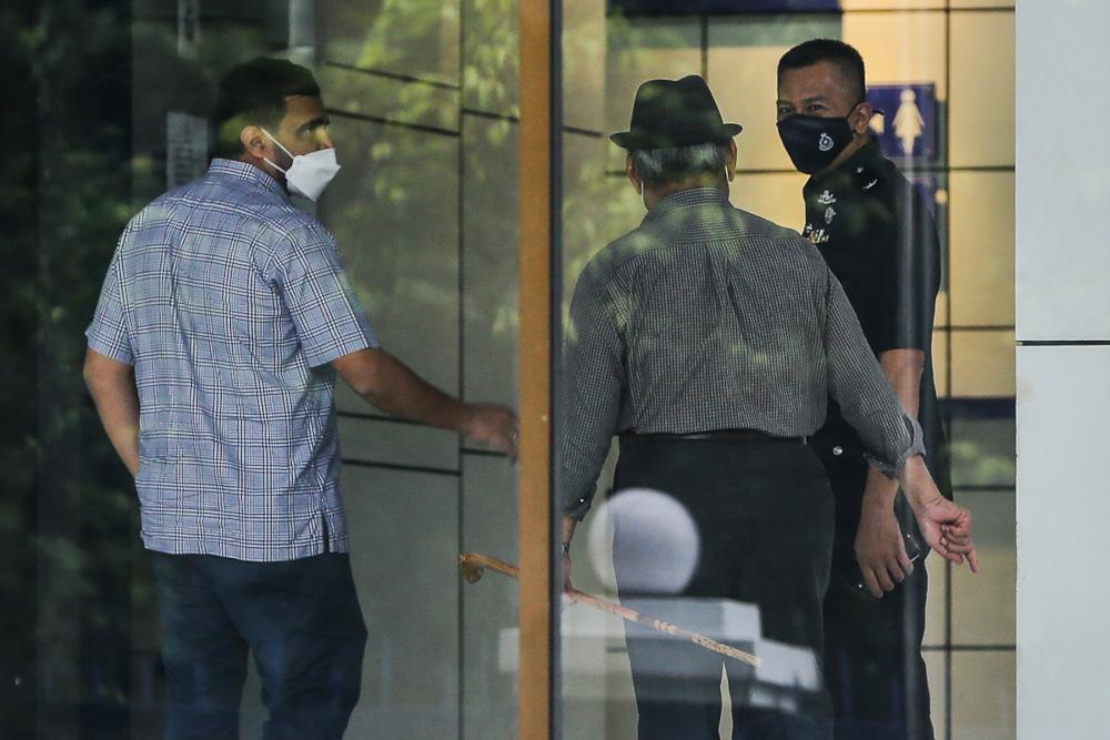 达祖丁(中)周四也前往警局录供。Yusof Mat Isa