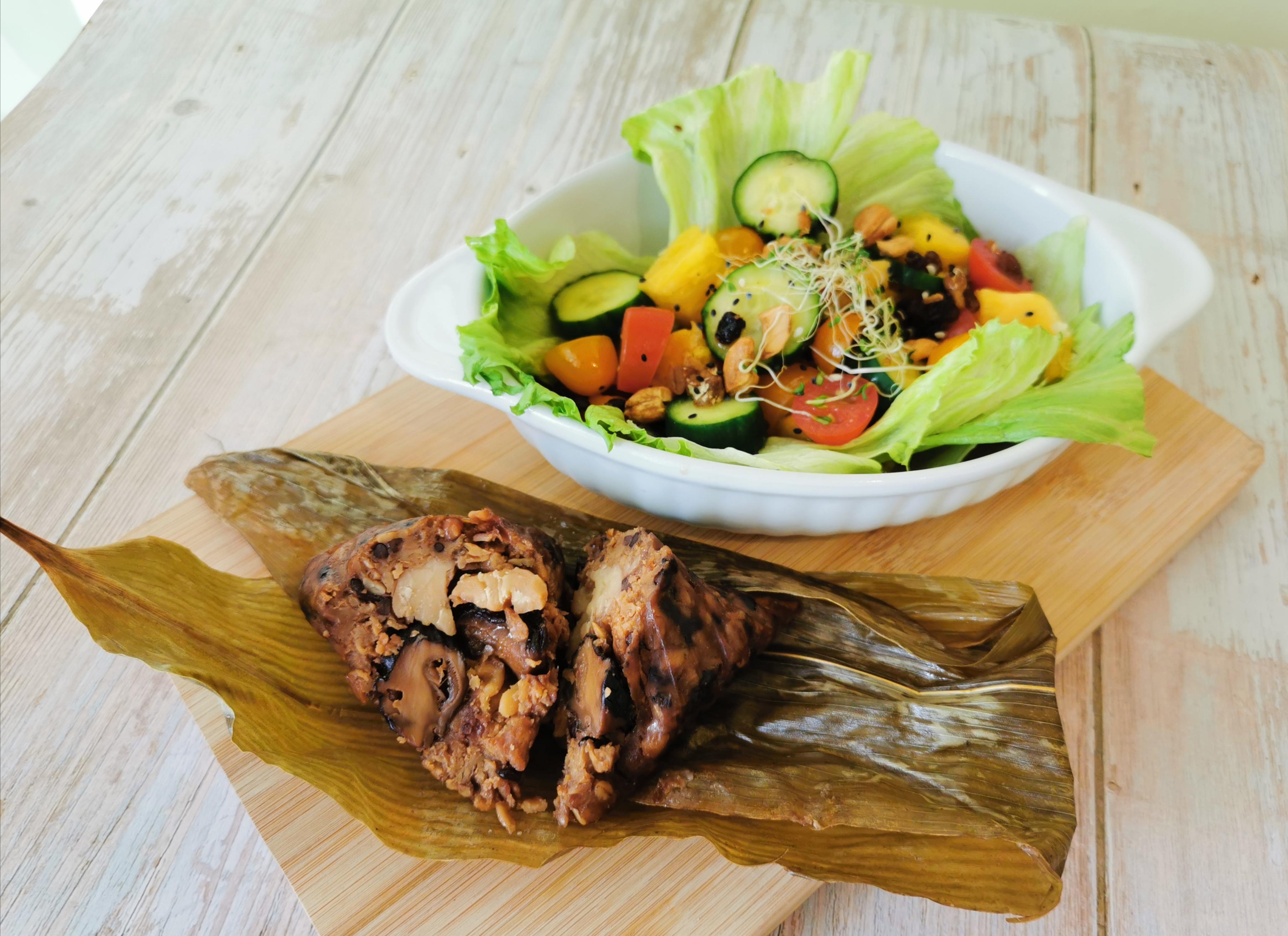 资深营养师黄诗雁表示,在品尝健康粽时,也建议搭配蔬果,以平衡一天所需要的营养。-黄诗雁提供-