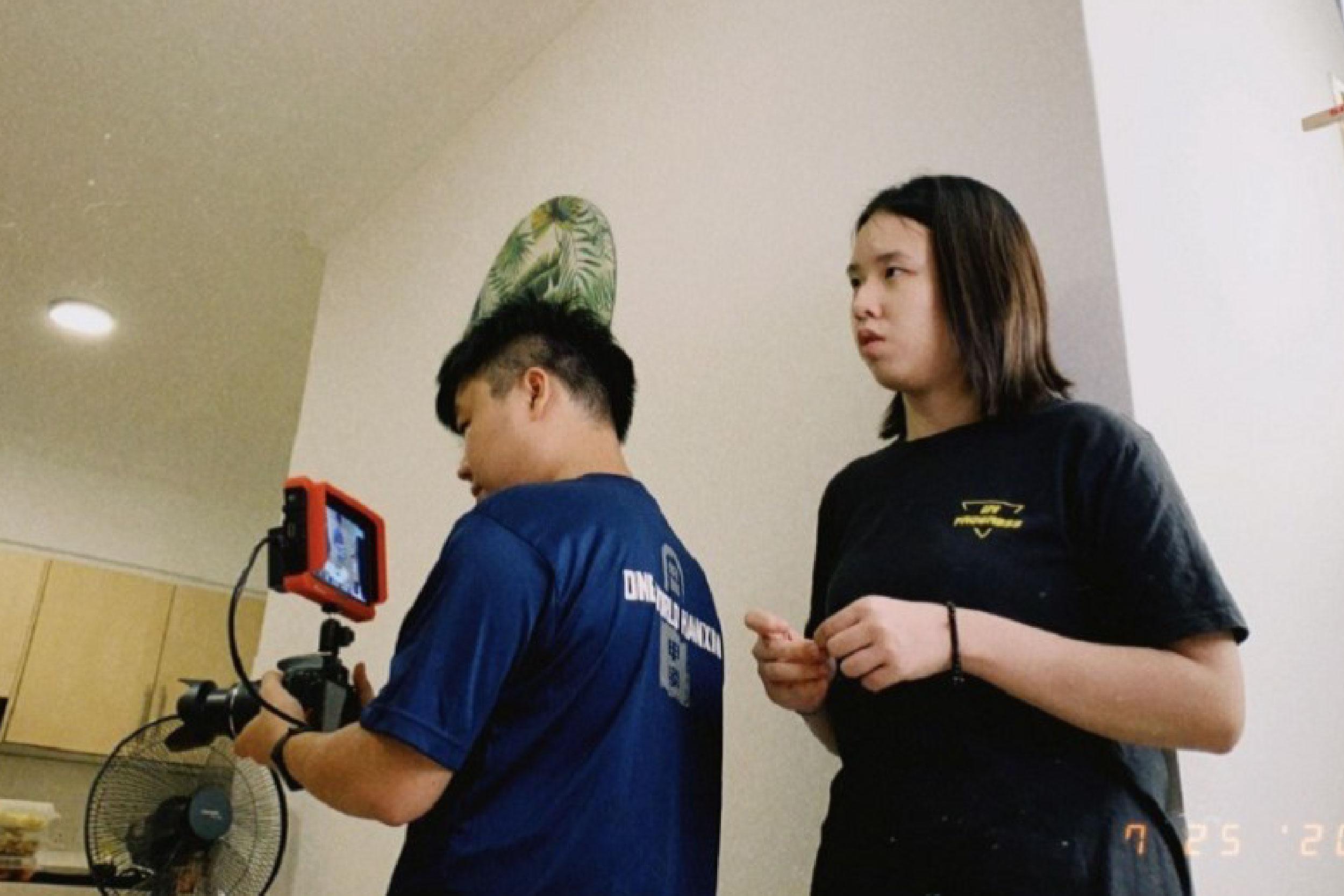 广电系毕业的赖俊恺(左)熟悉剪辑技术,在疫情期间,勤于剪辑和摄影,以增进自己的技术。-马新社-
