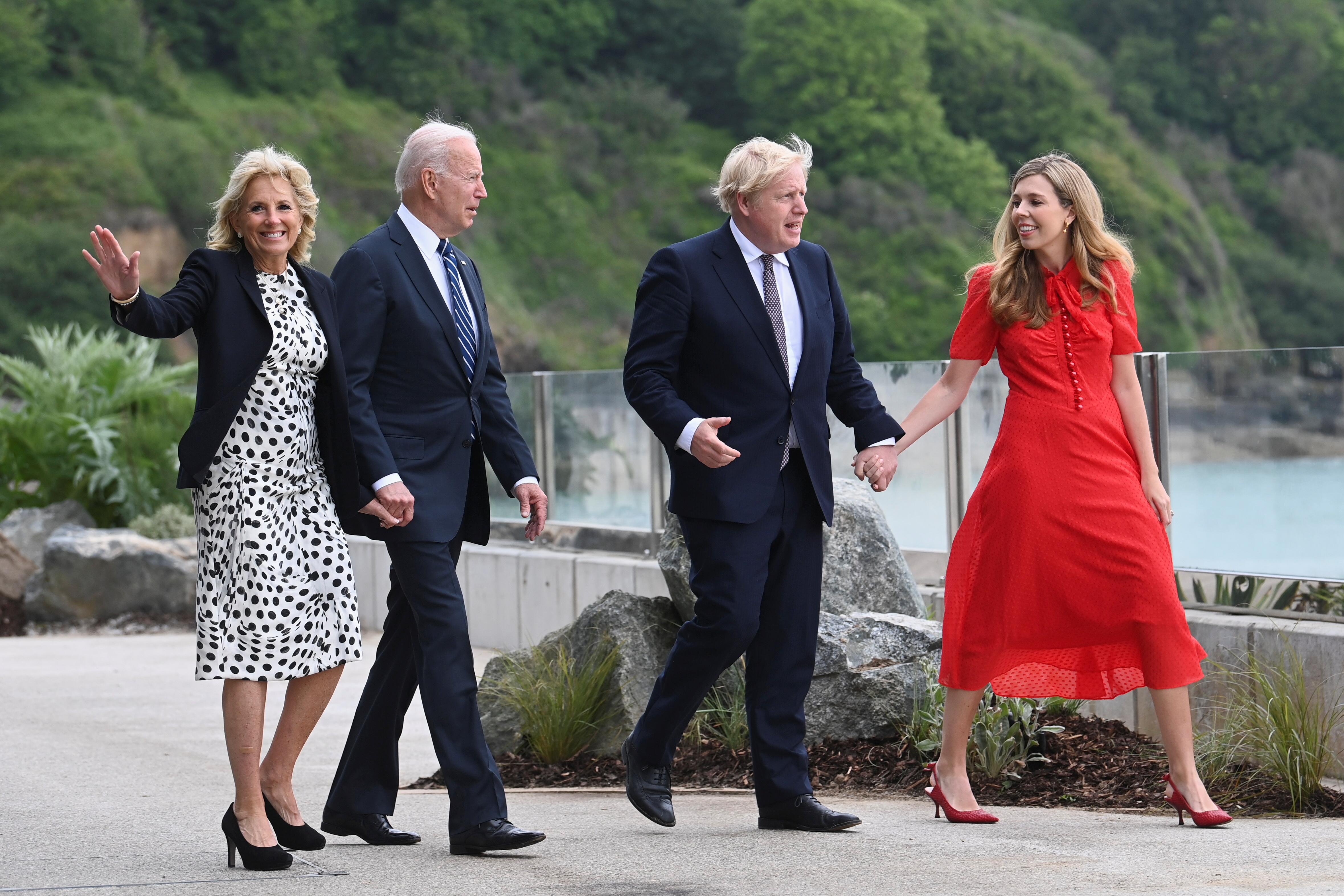 拜登(左2)与约翰逊(右2)偕同他们的夫人一同去到海边,欣赏英格兰南部圣艾夫斯湾海景。-路透社-