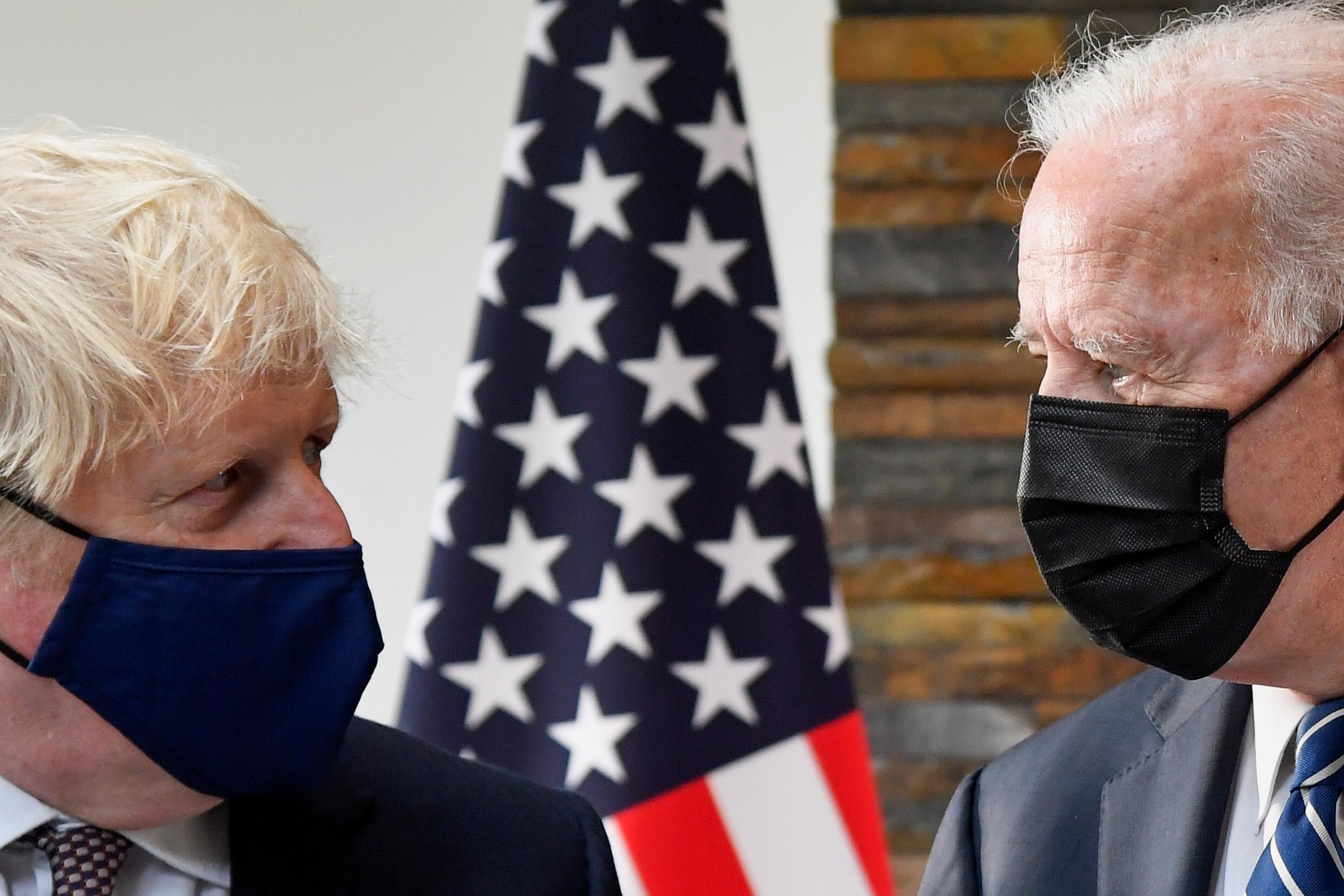 英国首相约翰逊(左)周四宣布,英国将与全世界分享1亿剂新冠疫苗,而美国总统拜登也承诺捐赠5亿剂。-路透社-