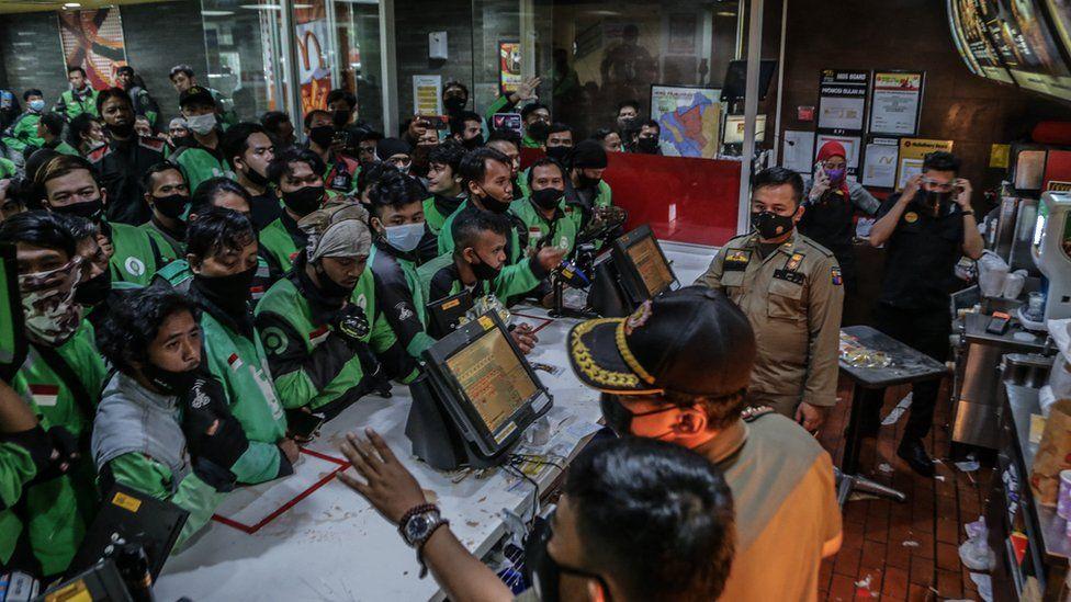 印尼大量民众争相叫外卖抢购BTS餐,导致送餐员蜂拥至各间麦当劳门市取餐。-法新社-