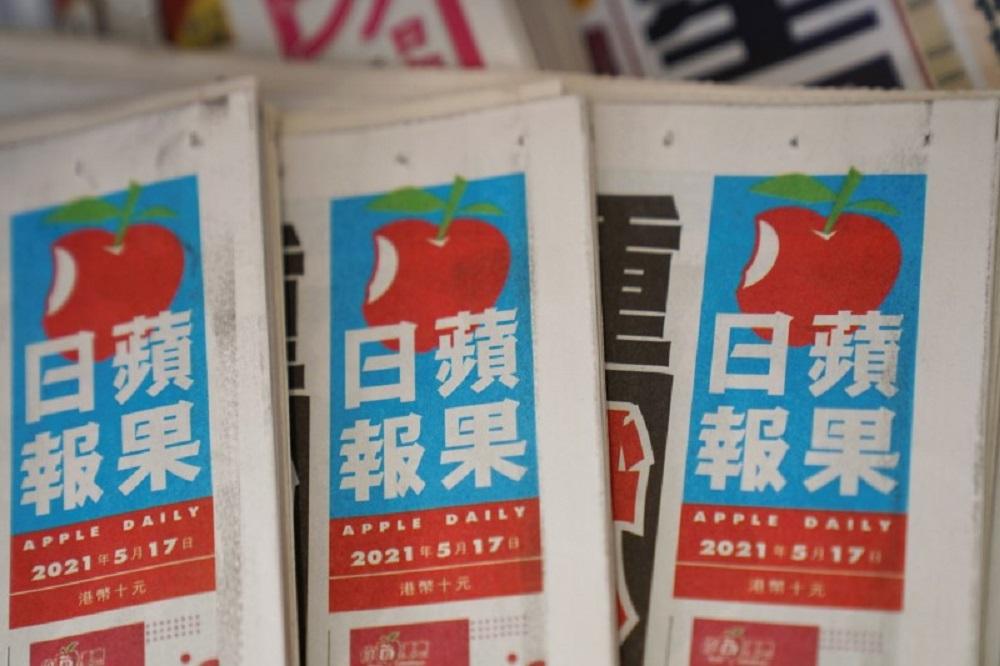 香港国安处人员周四早上手持根据国安法发出的法庭搜查令,搜查位于将军澳的苹果日报大楼,包括新闻材料等。-路透社-