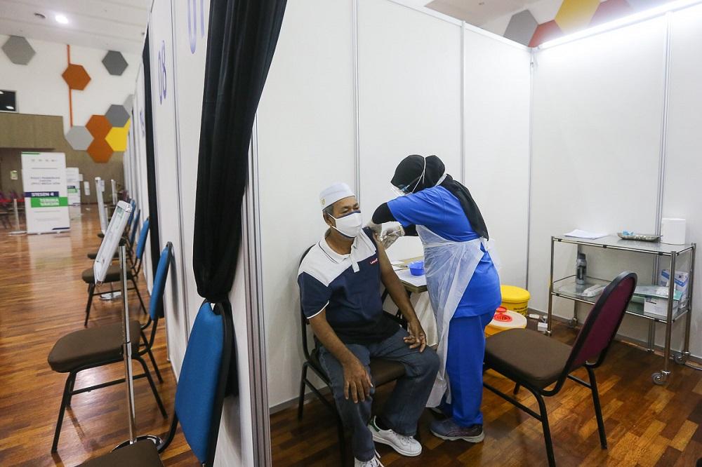 阿德汉指出,我国昨天一共接种15万7949剂疫苗。-Yusof Mat Isa摄-