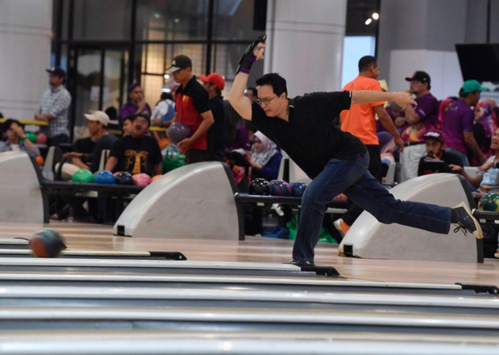 Actor and producer Datuk Seri Eizlan Yusof is pictured in action at the 2019 Celebrity, Finas and PPZ-MAIWP Bowling Tournament at Wangsa Bowl, Wangsa Walk November 16, 2019. — Bernama pic