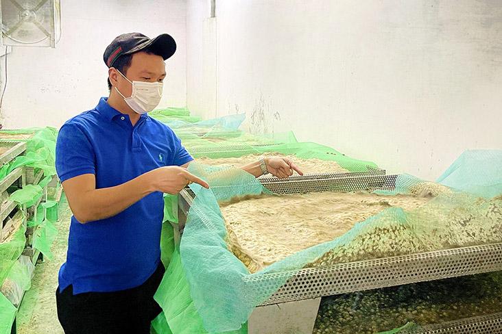 Khoo shows how the fermentation process works.