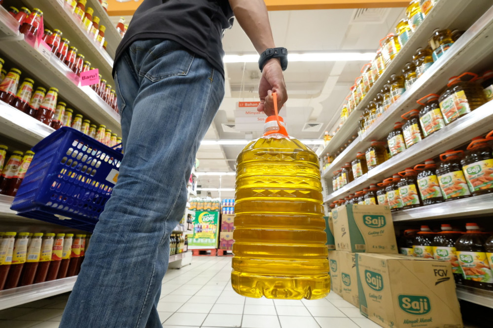 Khairuddin says his ministry has suggested a targeted cooking oil subsidy like the one being implemented for petrol currently. — Bernama pic