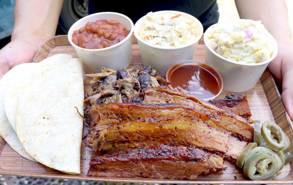 Cowboys Food Truck 的黄石拼盘,特色是一小时慢熏牛腩和拉羊肉,是 Beepit 应用程序上最畅销的产品之一。  - 图片由牛仔食品卡车提供