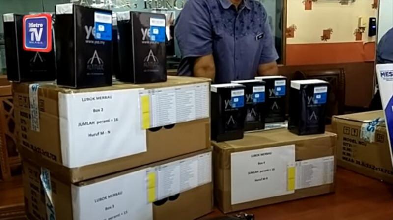 The Perak government is distributing 20,000 phones to students from B40 families under its Tuisyen Cikgu Saarani (TCS) programme. — SoyaCincau pic
