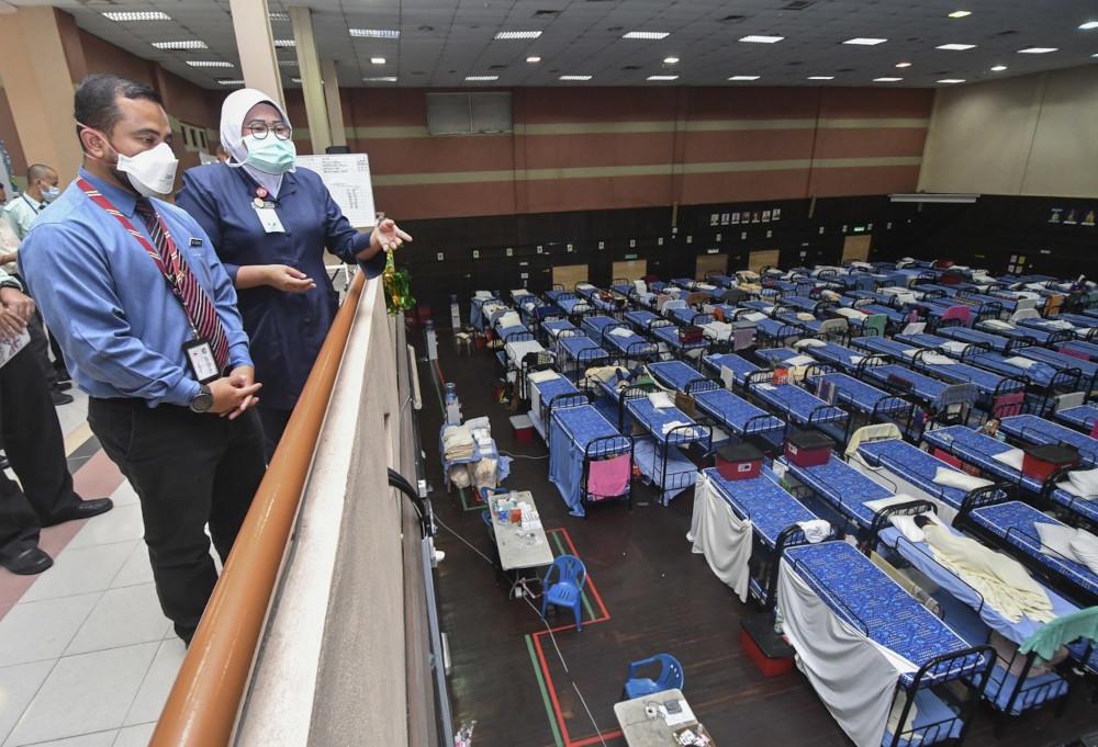 Kelantan PKRC director Dr Mohd Zurairie Mohd Zubir viewing Covid-19 patients at the USM quarantine centre in Kubang Kerian, June 14, 2021. — Bernama pic