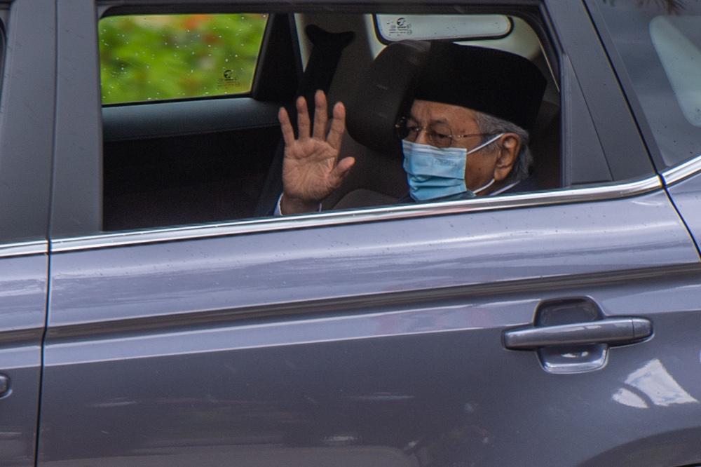 敦马哈迪(图)周五前往国家王宫,向国家元首献议成立国家行动理事会。-Yusof Mat Isa摄-