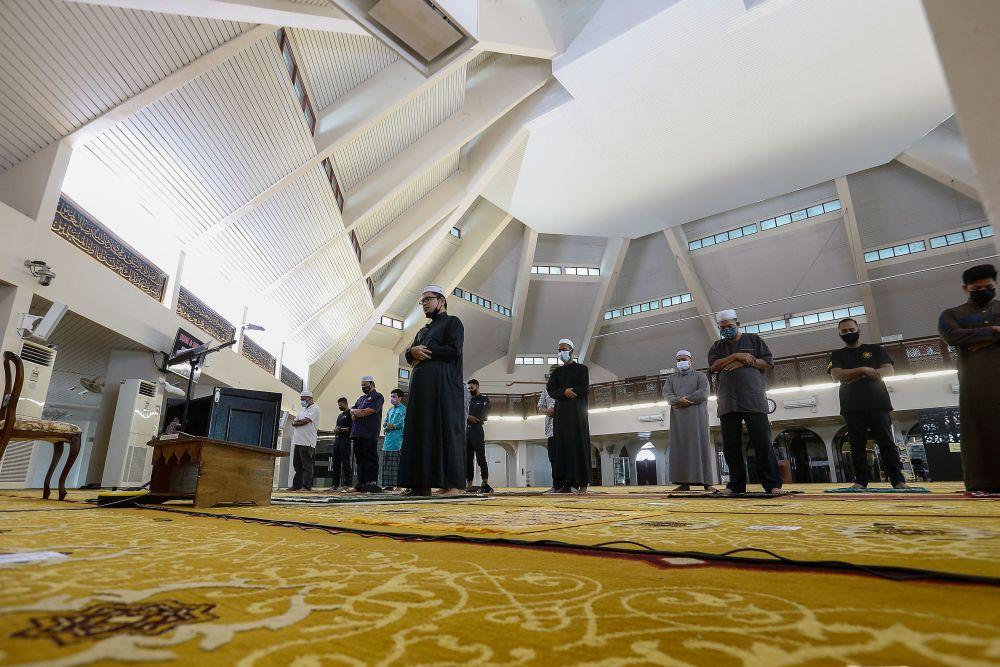 Muslims observe MCO SOPs during Friday prayers at the Al-Malik Khalid Mosque in Universiti Sains Malaysia, Penang June 4, 2021. — Picture by Sayuti Zainudin