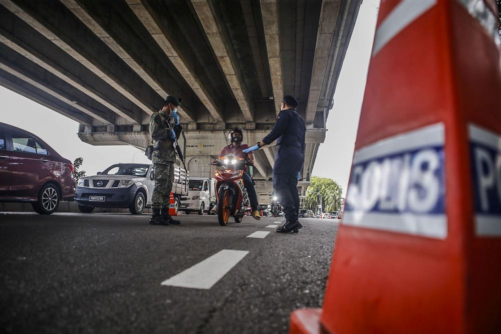 Those who have been fully vaccinated are now allowed to travel beyond 10 kilometres from their residence, but will still be confined to interstate and interdistrict travel restriction on their respective states under the NRP. — Picture by Hari Anggara