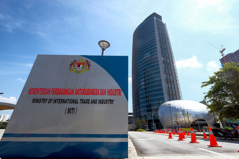 Miti and the Ministry of Domestic Trade and Consumer Affairs (are monitoring the situation and will continue to do so, as well as make surprise visits on factories that arbitrarily do as they like and violate the Covid-19 standard operating procedures (SOP). — Bernama pic