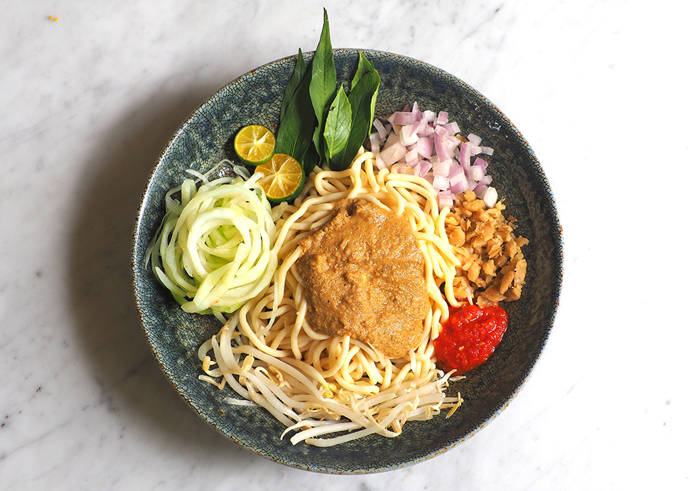 Get down with your fingers to eat this delicious Johor laksa like the Johoreans.